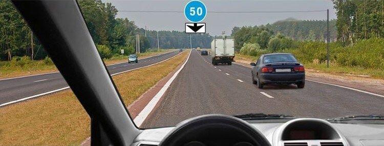 Вопрос 10 билет 1 ПДД. С какой скоростью Вы можете продолжить движение вне населенного пункта по левой полосе на легковом автомобиле?