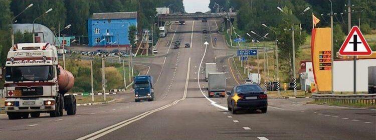 Вопрос 11 билет 1 ПДД. Можно ли водителю легкового автомобиля выполнить опережение грузовых автомобилей вне населенного пункта по такой траектории?