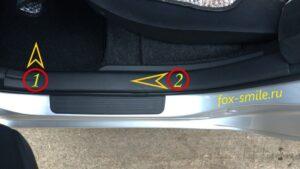 Снимаем пластиковую накладку с заднего порога автомобиля Тойота